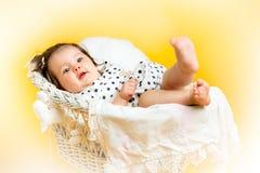8 mesi felici sorridenti della neonata Immagine Stock