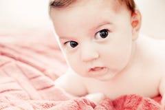 3 mesi svegli di bambino che si trova sul letto Fotografia Stock Libera da Diritti