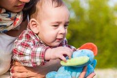 6 mesi svegli di giocattoli commoventi del bambino Fotografie Stock Libere da Diritti