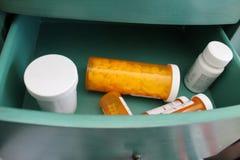 Mesita de noche con el cajón abierto de medicaciones Imagen de archivo libre de regalías