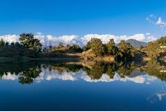 Mesmeryzować odbicie Garhwal himalaje w Deoria Tal lub jezioro Zdjęcie Royalty Free