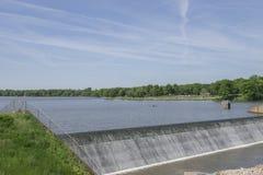 Mesmo represa de fluxo em um lago fotografia de stock royalty free