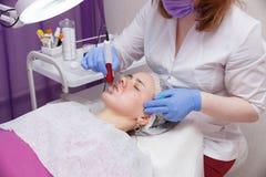 mesotarpia的过程与血清的介绍的在皮肤下的 免版税库存照片