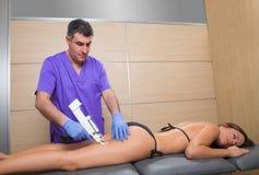 Mesotherapy脂肪团医生的枪疗法有妇女的 免版税库存照片