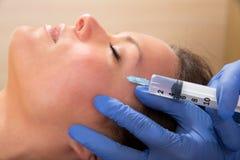 Seringa mesotherapy facial antienvelhecimento na cara da mulher Fotografia de Stock Royalty Free