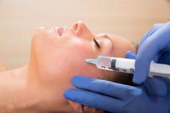 Seringa mesotherapy facial antienvelhecimento na cara da mulher Foto de Stock