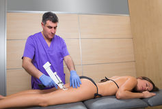 Mesotherapy vapenterapi för cellulite manipulerar med kvinnan Royaltyfria Foton