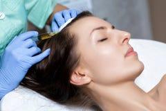 Mesotherapy visare Skönhetsmedel injicerat i huvud för kvinna` s till s fotografering för bildbyråer