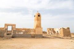 Mesquita abandonada com minarete Al Jumail abandonou a cidade, Catar foto de stock