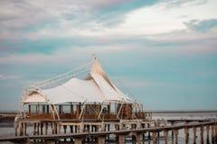Mesquita acima do mar Imagens de Stock Royalty Free