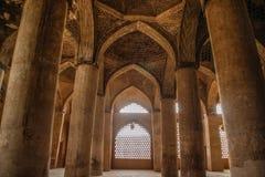 Mesquita antiga com as colunas em Isfahan irã imagem de stock