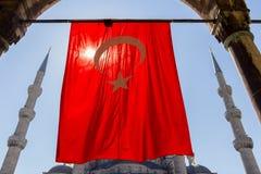 Mesquita azul com opinião turca da bandeira do arco Fotografia de Stock