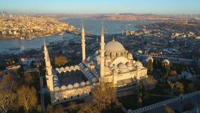 A mesquita azul Sultanahmet em Istambul, Turkie Tiro aéreo da opinião do zangão Céu azul, por do sol filme