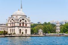 Mesquita de Dolmabahce Estrutura histórica famosa de Istambul e uma vista do mar Imagens de Stock