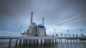 Mesquita de flutuação Makassar na exposição longa Imagem de Stock