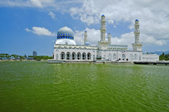 Mesquita de flutuação na cidade de Kota Kinabalu em Malásia Foto de Stock Royalty Free