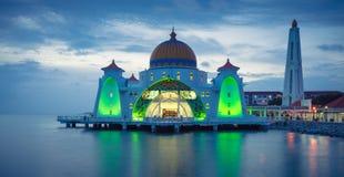 Mesquita de Masjid Selat na cidade de Melaka em Malásia na noite fotos de stock