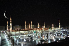 Mesquita de Nabawi em Medina e crescente na noite fotografia de stock royalty free