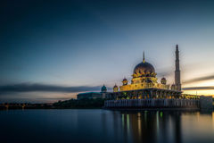 A mesquita de Putra é a mesquita principal de Putrajaya, fotografia de stock