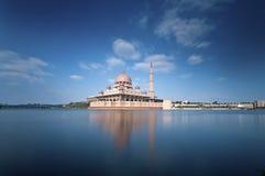 Mesquita de Putra do céu azul Imagens de Stock Royalty Free