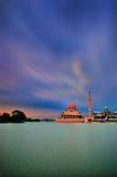 Mesquita de Putra em Putrajaya, Malásia no crepúsculo Foto de Stock