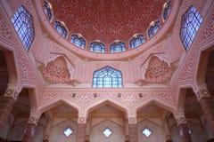 A mesquita de Putra (Masjid Putra) é a mesquita principal de Putrajaya Imagens de Stock