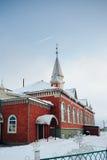 Mesquita de tijolos vermelhos contra o céu azul Imagem de Stock