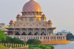 A mesquita do putra, Malaysia fotografia de stock
