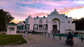 A mesquita e o céu grandes fotos de stock royalty free