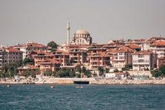Mesquita histórica perto do mar em Istambul, Turquia foto de stock royalty free