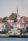 Mesquita histórica perto do mar em Istambul, Turquia imagem de stock
