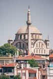Mesquita histórica perto do mar em Istambul, Turquia imagens de stock