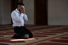 Mesquita humilde de Muslim Prayer In do homem de neg?cios imagens de stock