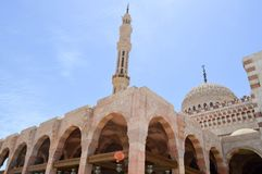 Mesquita islâmica muçulmana do tijolo branco para a coleção dos muçulmanos para a oração geral, uma estrutura arquitetónica litúr fotos de stock