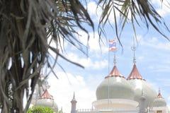 A mesquita a mais bonita de Masjid no céu e em nuvens islâmicos bonitos do projeto da arte de Tailândia Imagem de Stock Royalty Free