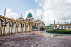 Mesquita moderna um lugar de culto para seguidores do Islã fotos de stock royalty free