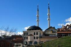 Mesquita nova com os dois minaretes na vila de Restelica fotografia de stock royalty free