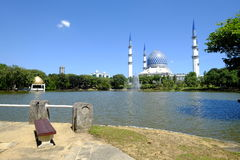 A mesquita ou o Masjid azul Sultan Salahuddin Abdul Aziz Shah - Fotos de Stock