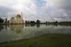 Mesquita pelo lago Fotos de Stock Royalty Free