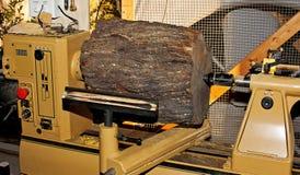 Mesquitevände trävashanden på den wood drejbänken för konst Royaltyfria Bilder