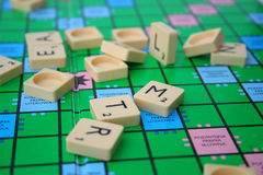 Mess na placa do scrabble Imagem de Stock