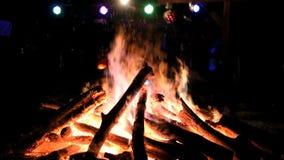 Messa a fuoco enorme del falò video d archivio
