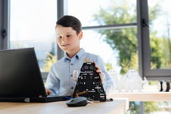 Messa a punto amabile di rifinitura del ragazzo di un robot nero Fotografia Stock Libera da Diritti