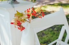 Messa a punto di nozze Cerimonia nel petto della natura Sedie bianche con i fiori messi nell'erba fotografie stock
