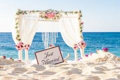Messa a punto di nozze, ricevimento nuziale all'aperto tropicale, beauti Immagine Stock