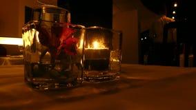 Messa a punto romantica della tavola, candele del ristorante stock footage