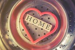 Message à la maison écrit avec les blocs en bois à l'intérieur d'un coeur rouge Images stock