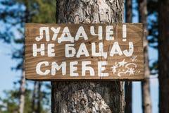 Message à un homme sur un conseil en bois photo libre de droits