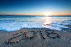 message 2018 écrit dans le sable Photos libres de droits