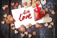 Message avec amour sur des biscuits de lettre et de pain d'épice Photographie stock libre de droits